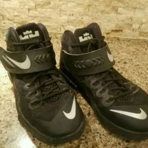 men nike lebron shoes size 7